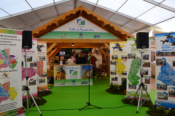 STAND-ROLL-UP-091611